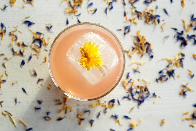 Lækkert garnish og pynt på lækkert cocktail serveret over stor isterning