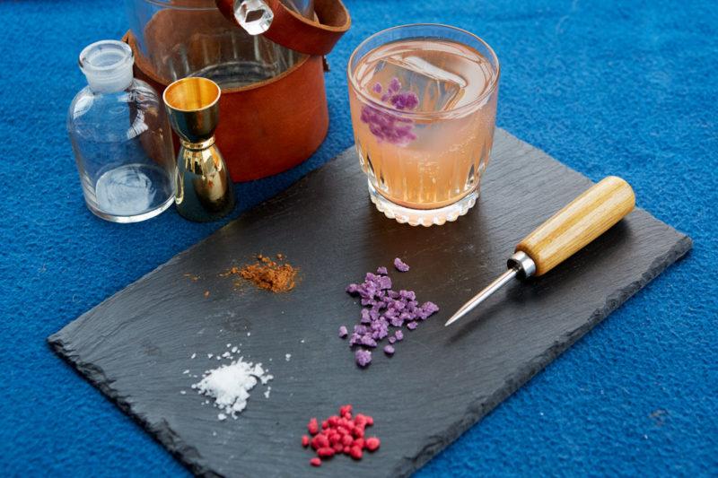 Ingredienser og en cocktail klar til at blive mikset