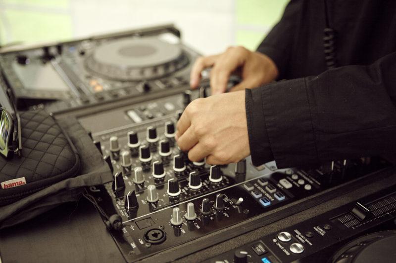 DJ der mixer musik med pulten