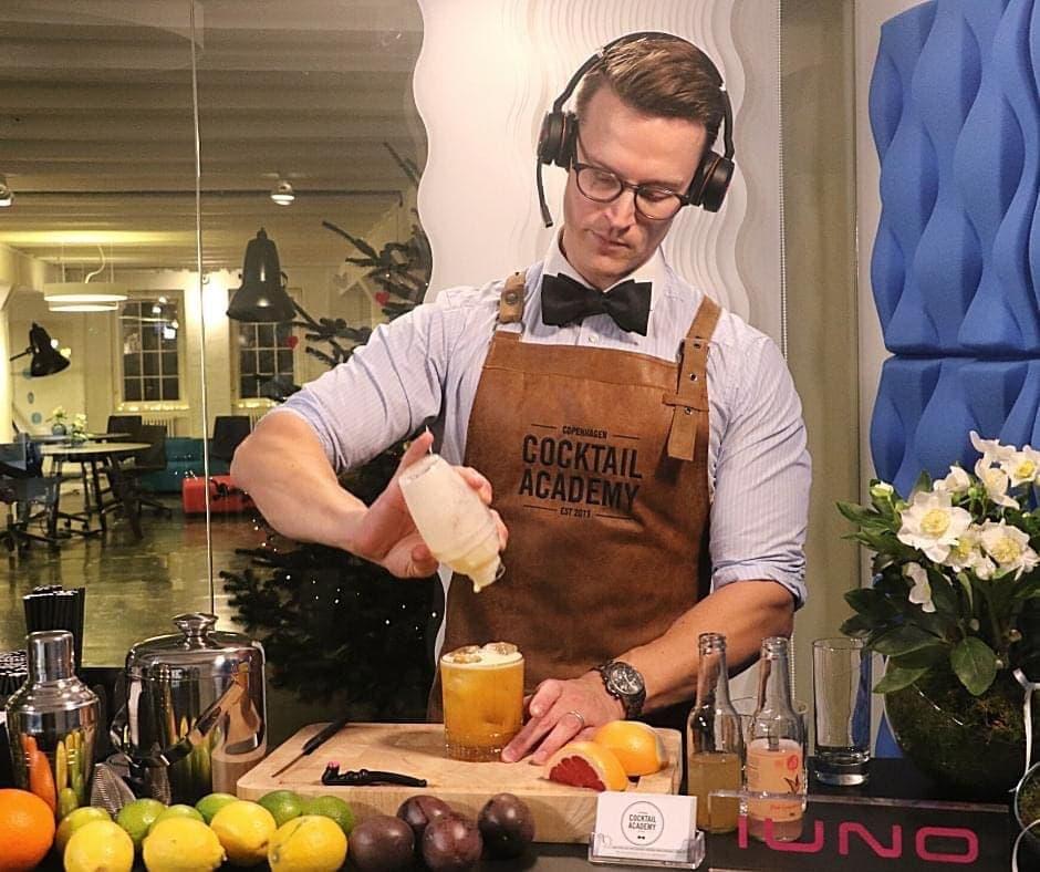 Instruktør der laver cocktail til virtuelt cocktailkursus fra Copenhagen Cocktail Academy