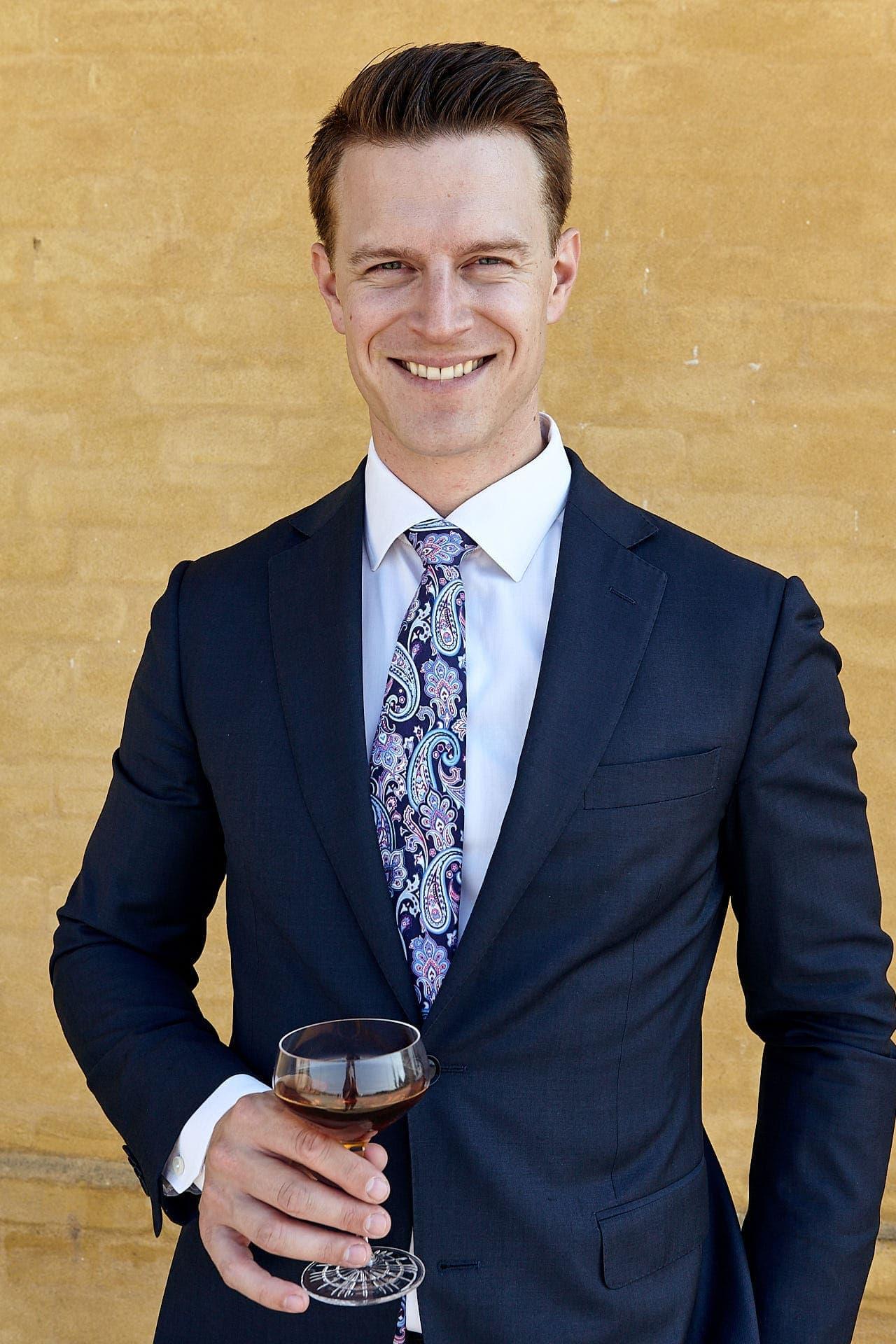 Jannick Gram fra Copenhagen Cocktail Academy nyder en cocktail